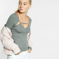 ribbed v-neck cut-out abbreviated tee
