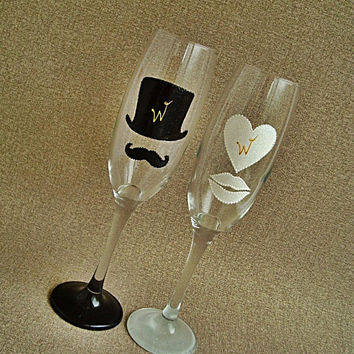 Mr and Mrs Champagne Wedding Glasses, Set of 2 Personalized Toasting Flutes,  Mr and Mrs Wedding Toast Glass Flutes, Bride and Groom Gift