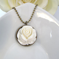Vintage Style Necklace With Offwhite Flower