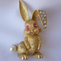 Darling Vintage Bunny Rabbit Figural Brooch Pin Sparkling Clear Rhinestones Pink Crystal Eyes Faux Pearl Tale Textured Gold Tone Easter