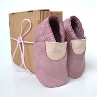Handmade soft sole leather baby shoes / Baby girl moccasins / Baby girl slippers / Mauve baby girl shoes / Pink purple baby girl shoes