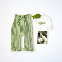 Green ribbed baby pants and hat with a little crochet fish. 100% cotton. READY TO SHIP size newborn.