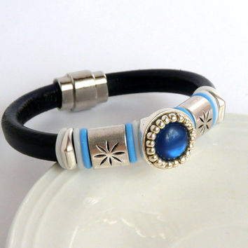 Navy color licorice leather bracelet with magnetic clasp, bead embroidered button and zamak spacers, Oh rings, dark blue leather