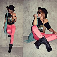 ON MY BOD / Guns n roses tee, pink jeans and moto boots. i die.