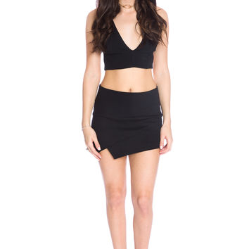 (aku) Strappy open back plunging cropped top -Black-