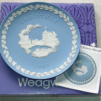 "Rare vintage Wedgwood Blue Jasper Ware 1969 Christmas 8"" diameter Plate with white bas relief of Windsor Castle in Original Box (ref: 3196)"