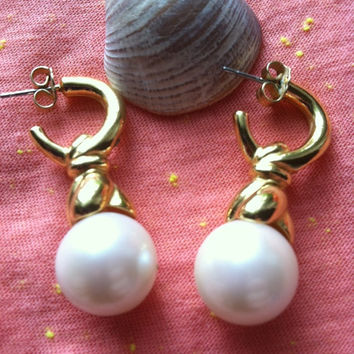 Vintage White Pearl and Gold Tone Swirl Earrings, Pearl Earrings, Swirl Earrings, Bridal Gift Bridesmaids Earrings Summer Earrings Fall Gift