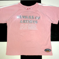 SWEET LORD O'MIGHTY! BEWARE OF ARTISTS CROP TEE IN PINK