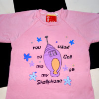 SWEET LORD O'MIGHTY! SHELLPHONE CROP TEE IN PINK