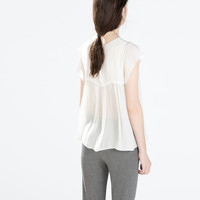 BLOUSE WITH FRILLED SLEEVE AND NECKLACE