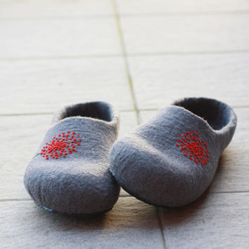 Women house shoes - felted wool slippers - Wedding gift - grey with red dandelion