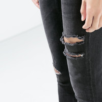 MID RISE SKINNY JEANS WITH RIPPED KNEE
