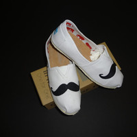 NEW Women's Sz 7 White  Hand  Designed Mustache TOMS  Really Cute Must See