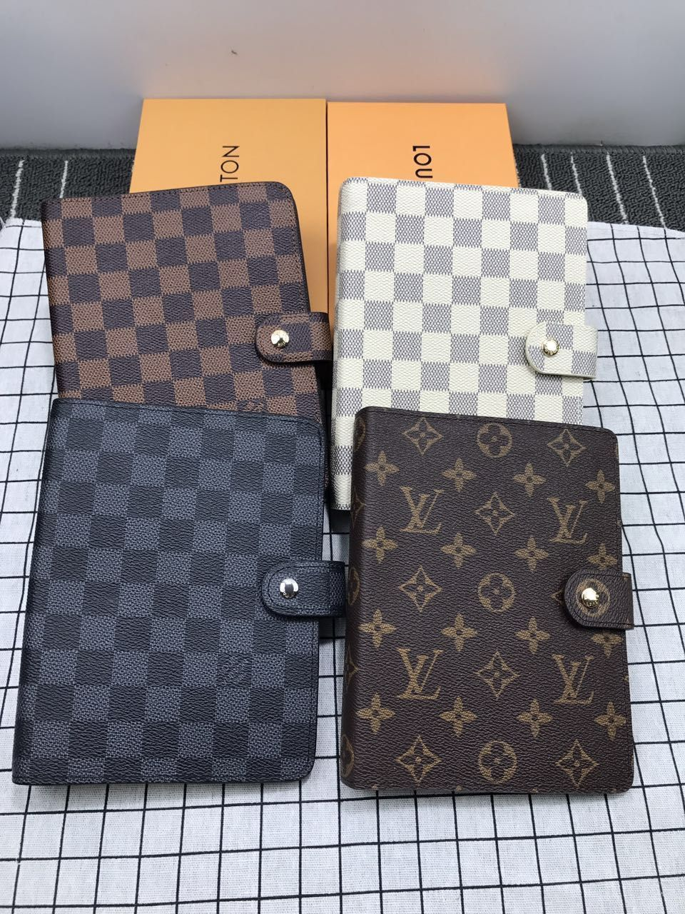 Image of LV 2019 new men and women portable hand book