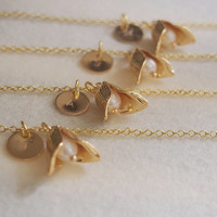 Gold Flower necklace, Bridesmaid necklace, Personalized Gift for Bridesmaid jewelry, Wedding party gifts, pendant, statement initial Lariat