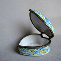 vintage PORCELAIN  JEWELRI BOX shaped corason