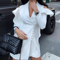 Hot style sells v-shaped suits with loose mid-length trench coats