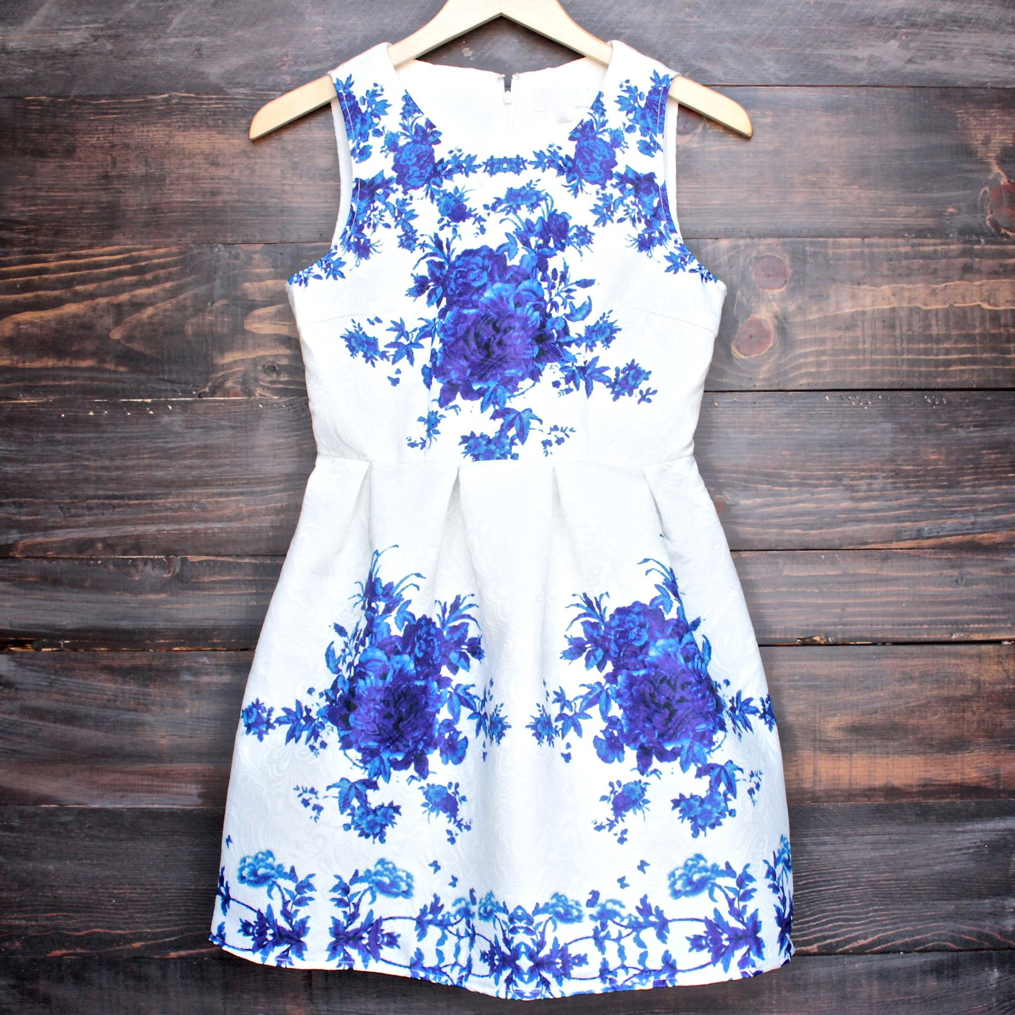 Image of Porcelain Print Embossed Sleeveless Dress in White and Navy
