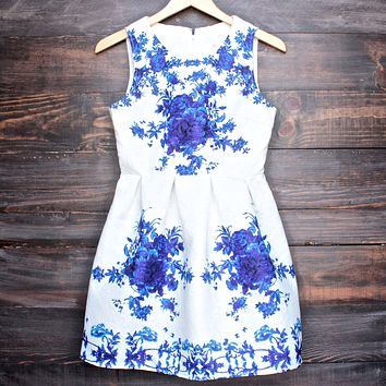 Porcelain Print Embossed Sleeveless Dress in White and Navy