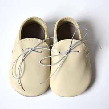 Handmade soft sole leather baby shoes / Baby boy moccasins / Beige ivory baby shoes / Ready to ship
