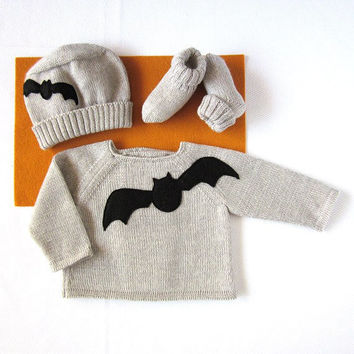 A knitted baby set for the Halloween. 100% wool. Newborn.