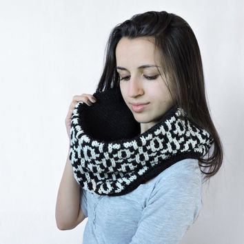 FREE SHIPPING Knit wool infinity scarf Black white scarf Cowl Circle warm scarf Bulky soft Eternity blck scarf Two sided loop scarf Pattern