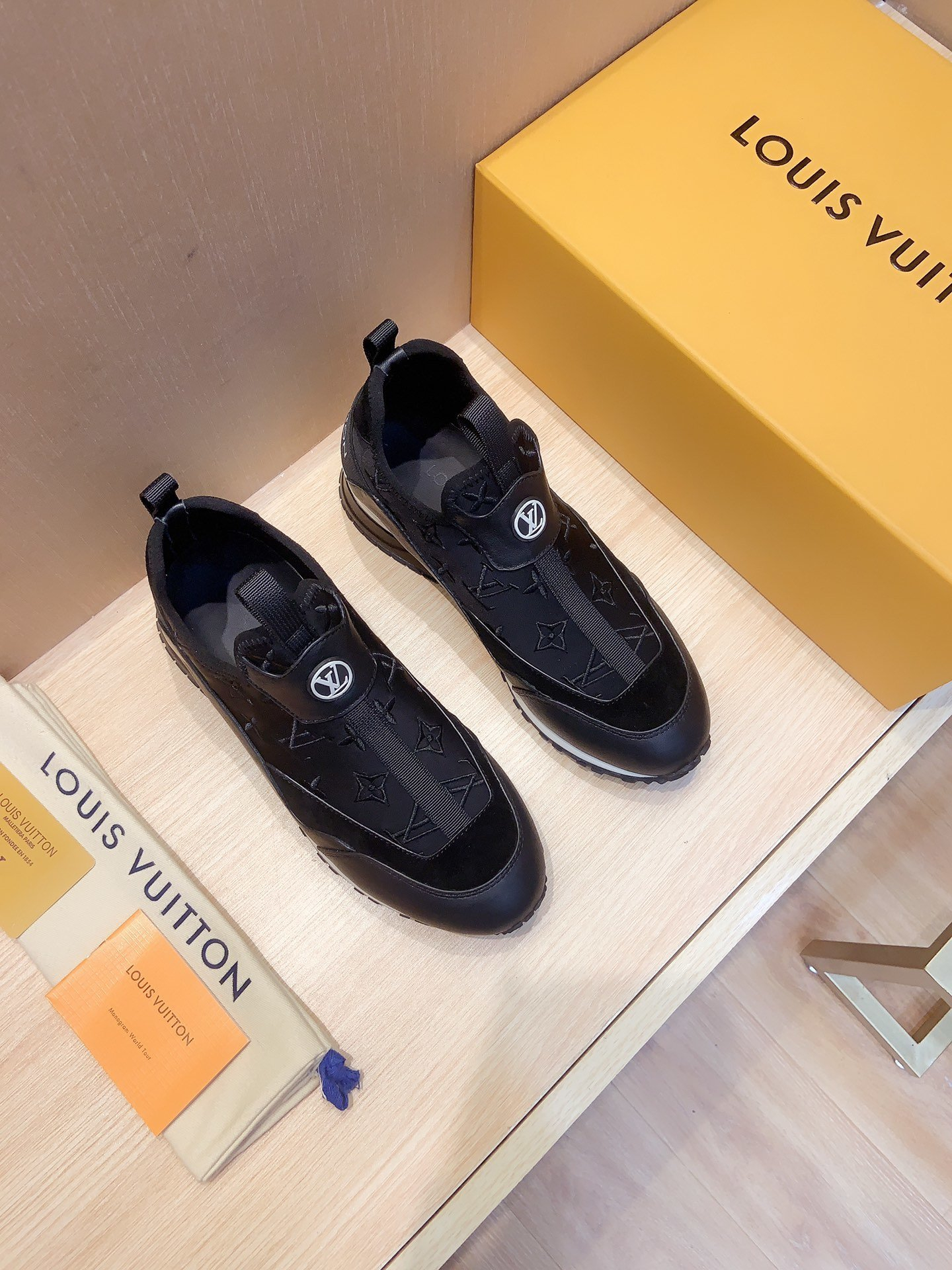 Image of lv louis vuitton womans mens 2020 new fashion casual shoes sneaker sport running shoes 377