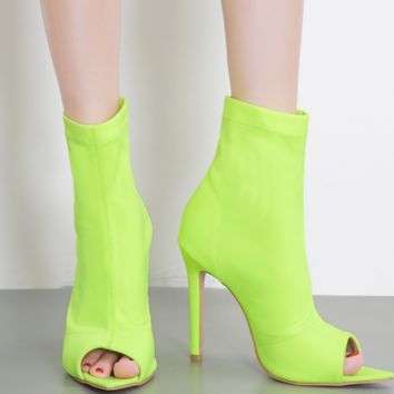 The new high-heeled, pointed stretch fabric boots go with the fish-toe