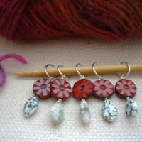Christmas red flower and leaf stitch markers, Crochet markers, Red beads, Craft supply Gift for knitter, DIY knitting stocking stuffer