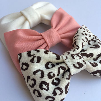 Cotton cheetah, coral, and winter white hair bow lot from Seaside Sparrow.  This Seaside Sparrow bow set makes a perfect gift for her.
