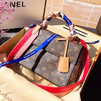 LV Louis vuitton sells fashionable ladies' printed silk scarves with flip covers and slant shoulder bags