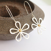 Silver daisy earrings, silver flower earrings, sterling silver earrings, hammered earrings, dangle earrings, women's jewelry