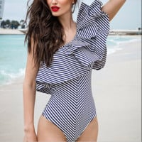 The new one-shoulder sleeve-sleeve striped shirt jumpsuit