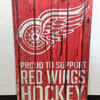 DCCKG8Q NHL Detroit Red Wings Retro Wood 'Proud To Support Red Wings Hockey' Plank Sign