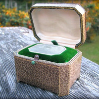 Vintage Ring Box, Beautiful Presentation Box and Jewelry Box, Wonderful Design with Removable Tray, Green and Gold, Circa 1940s