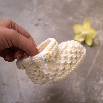 Off white baby booties, christening booties, soft merino wool handknit shoes, handmade with flowers buttons