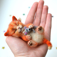 Needle felted little sleeping orange kitten. Tiny cute cat with mouse. Miniature animal. Sweet gift. Small toy.