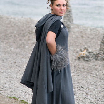 Cloak Ajvide from wollen fabrics closes with a Viking brooch.