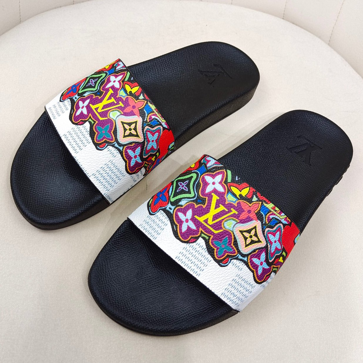 Image of LV Louis Vuitton new letter printing gradient color men and women casual sandals beach slippers Shoes #2