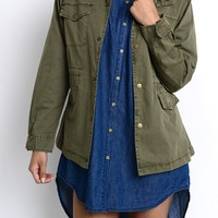 Everything about this classic army cargo jacket makes it as stylish as it is versatile, this lightweight long sleeve jacket, soft olive green color pure cotton fabrication, the cinched, High stand-up collar, shoulder tabs, two chest pockets with flap and s